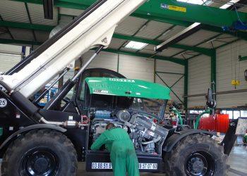 Technicien DISTEL entrain de faire la maintenance d'un chariot télescopique